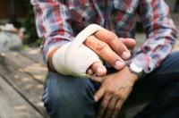 Odszkodowanie za złamany palec należy się osobie poszkodowanej